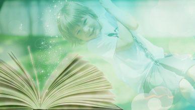 dziecko na huśtawce i książka