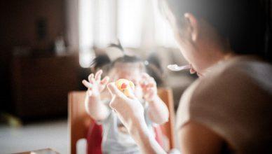 jak nauczyć dziecko jeść łyżeczką
