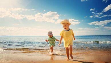 dwójka dzieci na plaży