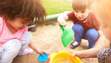 dzieci w piaskownicy