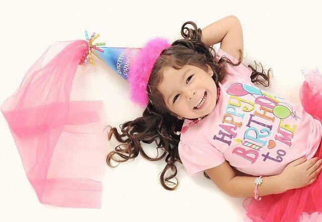 dziecko na przyjęciu urodzinowym