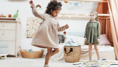 Dzieci bawiące się zabawkami muzycznymi