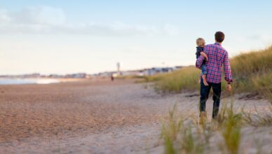 Spacer z dzieckiem po plaży