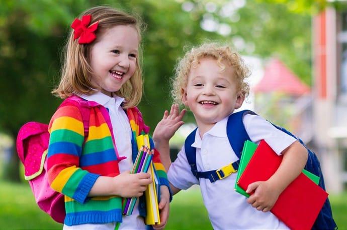 sklepiateczek - dzieci idące do szkoły